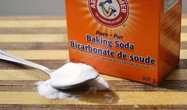 Baking soda là một trong những mẹo vặt hay để tẩy vết ố trên đệm, chăn ga gối