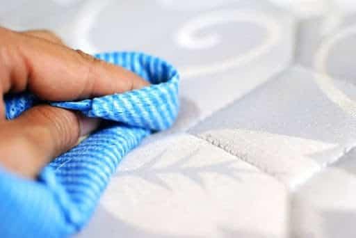 Dùng khăn và nước lạnh để loại bỏ vết máu khô
