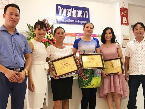 Nhà phân phối cùng đại diện thương hiệu trao tặng phần thưởng cho các đại lý đạt thành tích xuất sắc